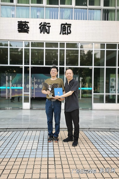 陈华钢院长代表学院赠送杨向东教授纪念品.jpg